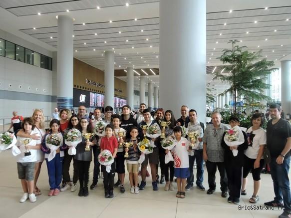 Şampiyonlar Çiçeklerle Karşılandı!